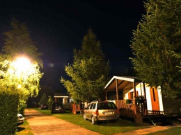 Oświetlony w nocy domek typu B